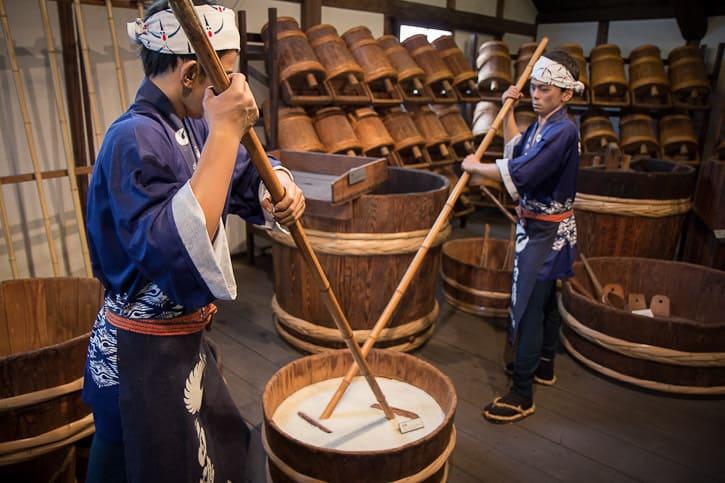Preparazione del sake, presso il museo della Hakutsuru Brewery di Kobe