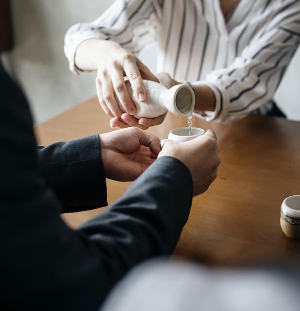 Servire il sake
